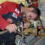 Andreas beim Anfertigen des Lufteinlasses an der Motorhaube