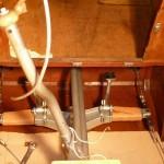 Leitungen und Gestänge sind verlegt; das Seitenruder hat eine Lederauflage bekommen.
